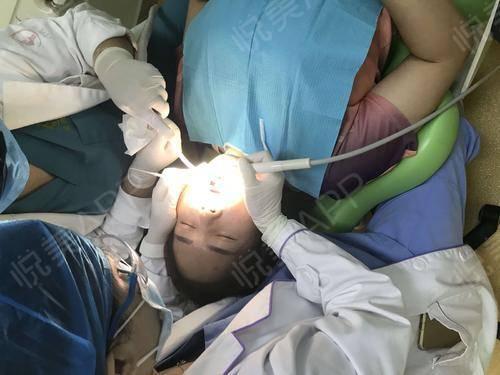 这次在这里洗牙完全是意料之外的事情,因为我是朋友过来做眼睛的。在等她手术的过程中很无聊,然后近期也有洗牙的打算,所以就去...