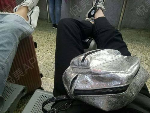 二七有没有小伙伴要约的呀,今天去拉个行李箱到二七了就和我的小姐妹逛街,逛了几个小时我两个的脚简直都要废了,赶紧做着地铁回...