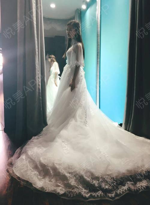 今天陪朋友去试婚纱,大厅中央摆着这样一款拖尾大婚纱,很美,很仙,灯光的照射下在闪闪发光,忍不住多看了好几眼,脑补着哪位漂...
