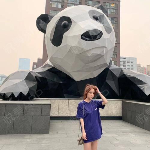 呀哈哈~400天了~这个值得纪念的日子,我再一次来到了成都,只不过是凑巧去了IFS国际金融中心,站在那只大大的panda...