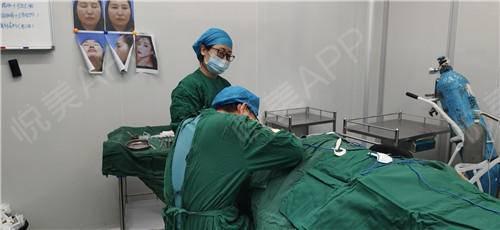 假体隆鼻修复手术当天_隆鼻失败修复手术当天_鼻部整形手术当天_温水煮红枭分享图片5