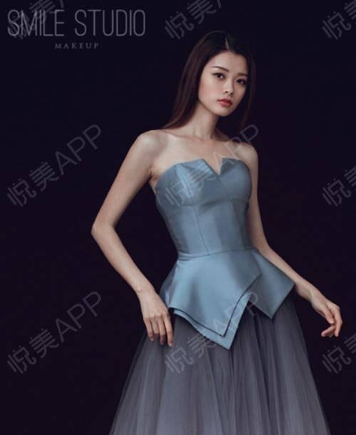 来啦来啦,今天这个腰真的有惊艳到我自己哦,大家品品呢,觉得还OK吗?这个裙子真的是超级挑身材,巴特又很显身材,我真的太爱...