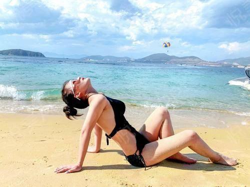 宝宝们又见面啦!天气热跟闺蜜去海边玩了,还拍了很多泳装照,第一时间就想到和大家分享。在海边的时候闺蜜还一直夸我身材好,穿...